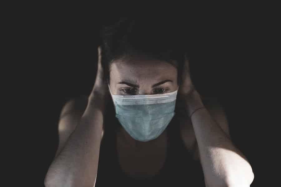 femme portant un masque conçu selon AFNOR