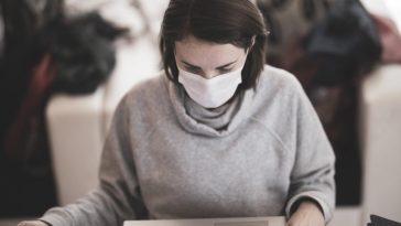 femme portant un masque de grandes marques