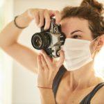 Une photographe qui porte un maque